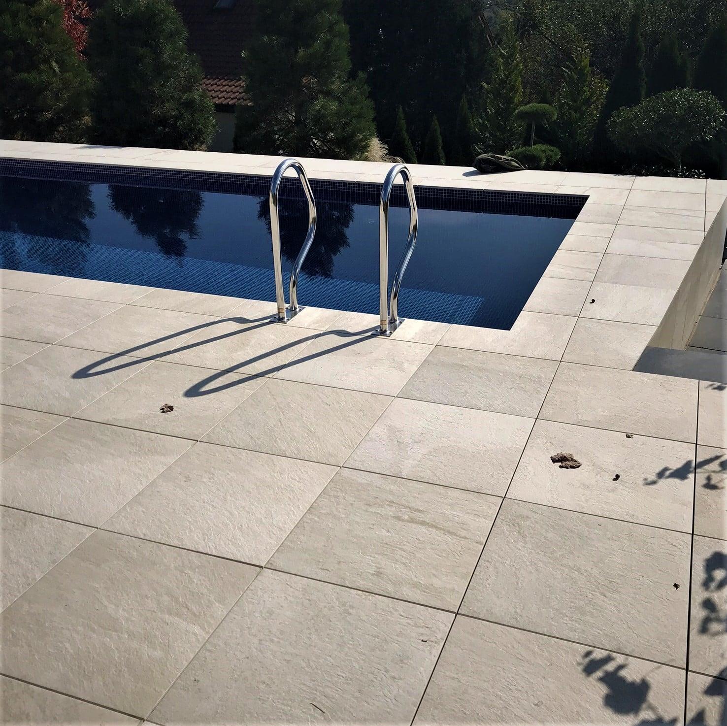 basen-nowoczesny dom-roleta-dno-drabinka-mozaika-budowa basenu-ogrodowy-lampa basenowa-led-atrakcje-masaże