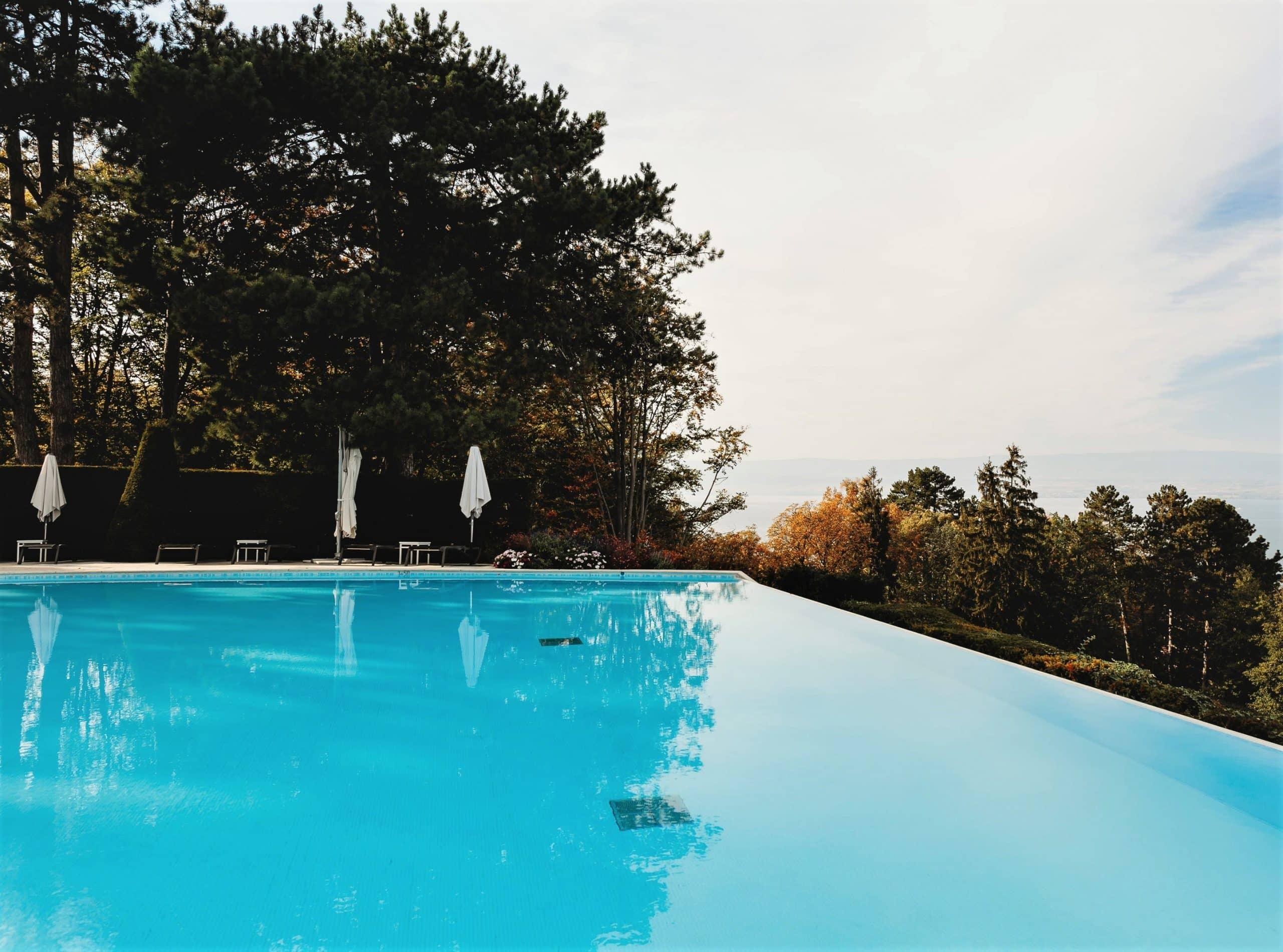 basen-roleta-dno-drabinka-mozaika-budowa basenu-ogrodowy-lampa basenowa-led_infinity-przelewowy