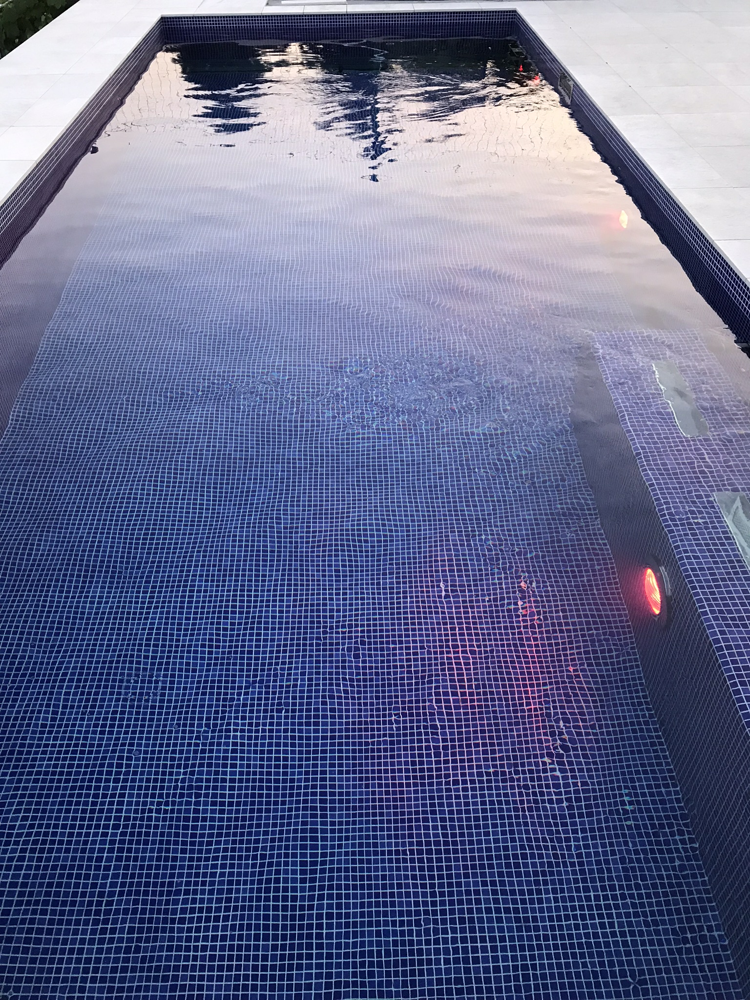 basen-roleta-dno-drabinka-mozaika-budowa basenu-ogrodowy-lampa basenowa-led