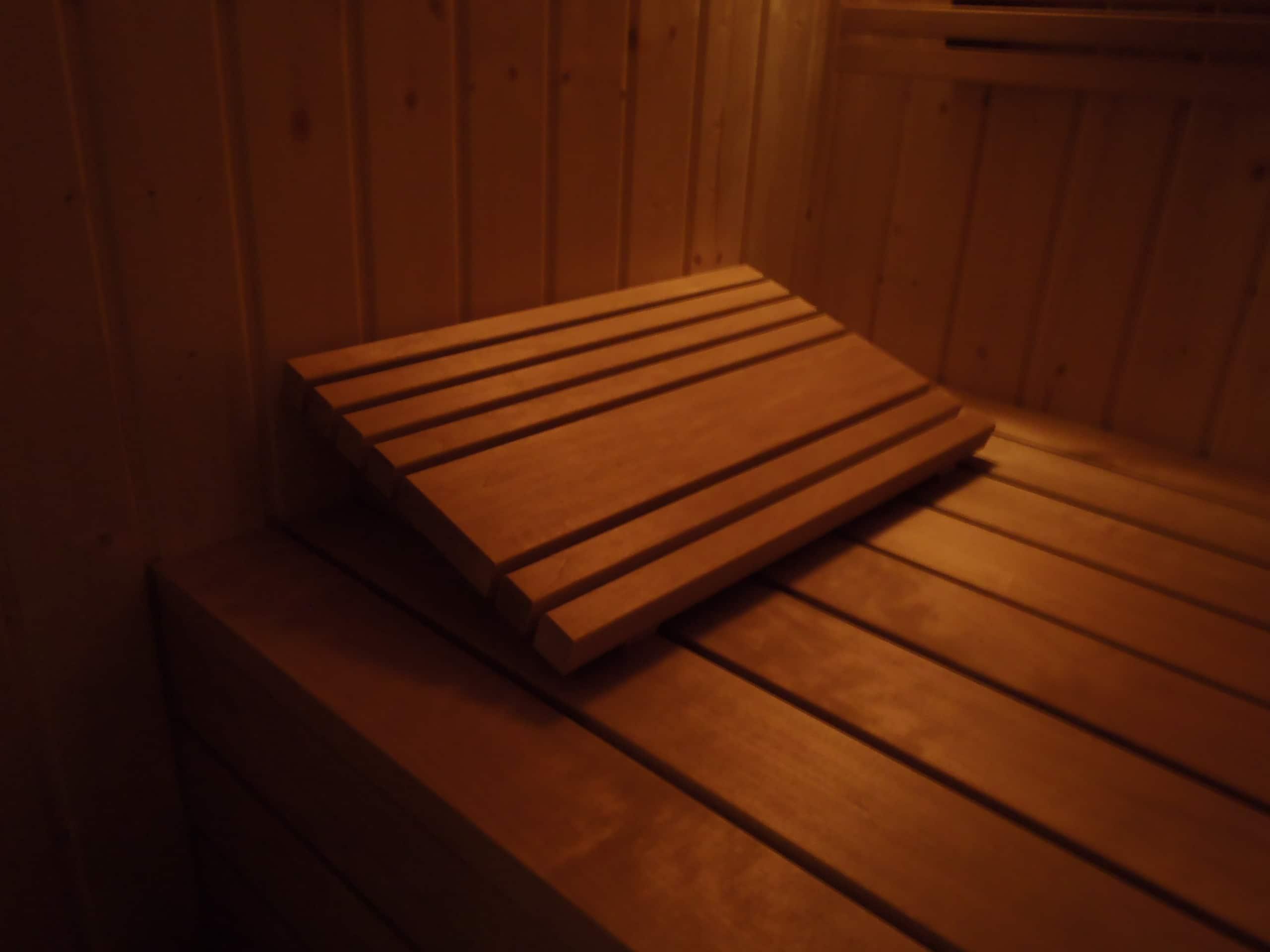 sauna-sucha-budowa-piec-deski-ławka-harvia-drzwi