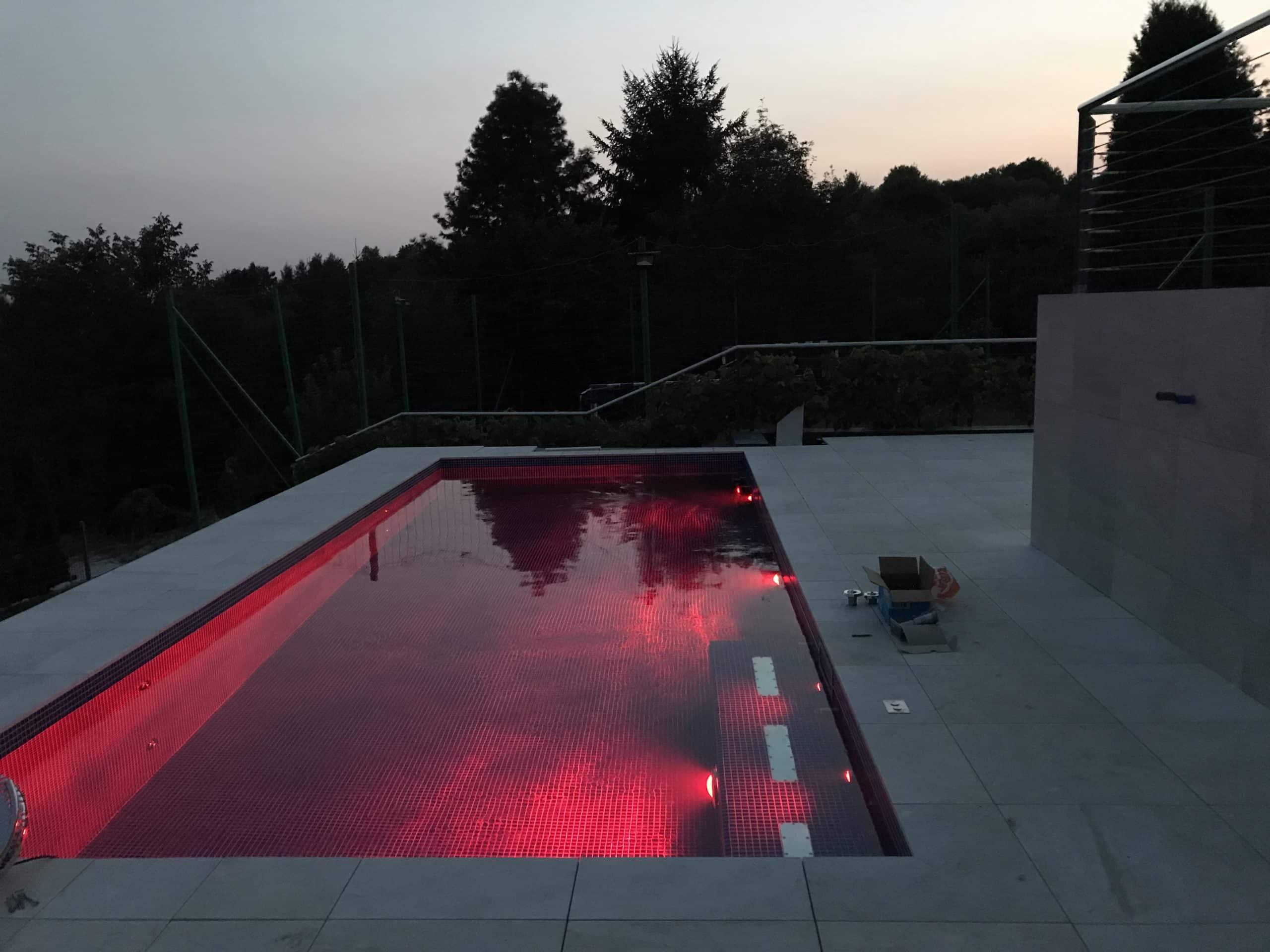 basen, niecka żelbetowa, próba obciążeniowa, budowa, mozaika basenowa, atrakcje basenowe, oświetlenie basenu, led, kolorowe