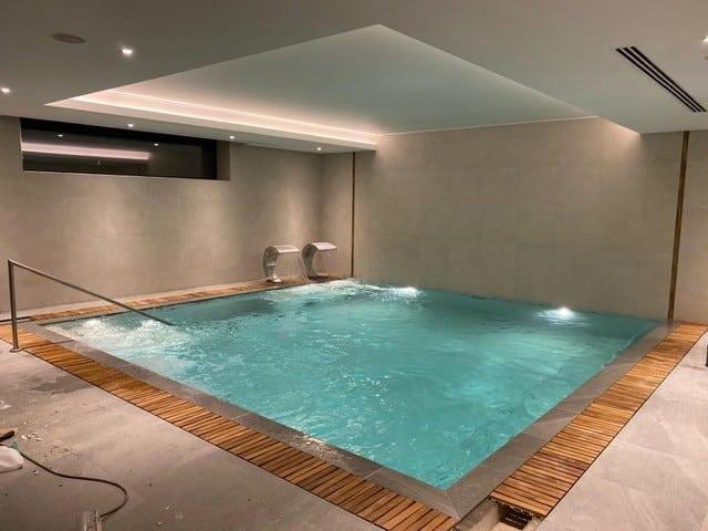 kratka przelewowa basenowa gresowa kamienna kolorowa basen infinity przelewowy Modulartem włoska elegancka drewniana